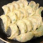 143089995 - 元祖伝説焼き餃子(5個)他の調理例