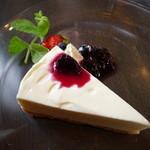 大麦小麦 - レアチーズケーキ、ブルーベリーソース