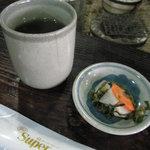 山本山 - 席に着くと、ほうじ茶と床漬が出されました。