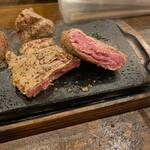 やっぱりステーキ - 中は超レアです。好みでの焼き加減にしましょう