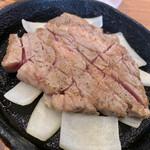 豚ステーキ専門店 かっちゃん - 赤みの残る豚ステーキ