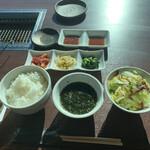 143119673 - プチご褒美ランチ ¥2,500                                              キムチとナムルの3種盛り合わせ                       サラダ、スープ、ご飯
