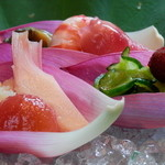 川波 - 料理写真:つきだし (ハスの葉と花に盛り付けた、新鮮な野菜と魚介。おくらの花が美味)