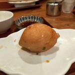 台湾家庭料理 黄さんの家 - 揚餃子、小さな肉まんを揚げた感じ