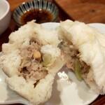 台湾家庭料理 黄さんの家 - 肉まん断面図、皮がもちもちなんだなぁ