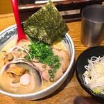 麺や 六三六 - 太い麺はスープに合う。しかし飲まずに残してしまうくらいそれなりのスープ