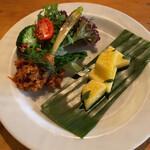 Minematsuya - 前菜のヤム・ナムプリックオム 辛いミートソース。プリックオムで「唐辛子豚」 ヤムが混ぜる。ナムは、水? ソース辛い! となりはパイナップルとスイートバジル。香り良し。