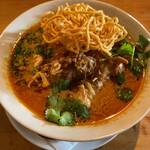 Minematsuya - 骨つき鶏肉と中華麺、揚げ麺、パクチーにココナッツミルク入り。
