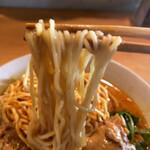 Minematsuya - 麺は中縮れ麺 ペースのスープはココナッツミルクを使っていて担々麺に似ているが味は別もの。 パクチーが良く効いています。酸味系の味。