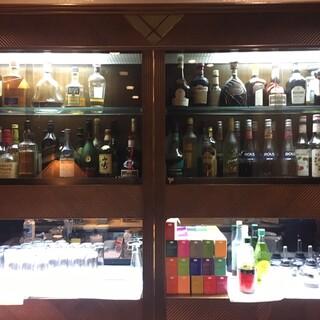 カフェ ラウンジ アンド バー アゼリア - ウイスキーの並ぶカウンター。ハッピー クラッシックタイムはロックシングルが 1600円→800円になります。