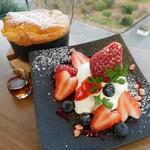 cafe KOMON 湖紋 - 2020年冬の限定メニュー!「特製パンケーキ~マスカルポーネクリームと静岡紅ほっぺを添えて~」
