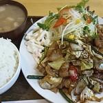 定食屋 イワイ - 料理写真:これでおかず並盛り、大盛はどうなるのやら・・・
