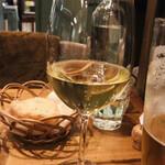ティスカリ - 白!デッレシニス       かすかなトースト香。フローラルな香り。まろやかなアルコール感と長めの余韻…と、メニューに書かれていました。爽やかな美味しい白ワインでした。