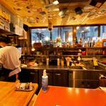 焼肉串ツチケン - テーブル席から見える厨房