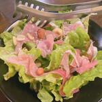 M4. - 季節のオススメメニュー 生ハムとナッツのサラダ