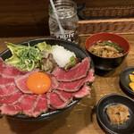 肉タレ屋 - ホンマは1480円で食べて欲しい!!黒毛和牛ローストビーフ丼の大とわさび味噌(右下)