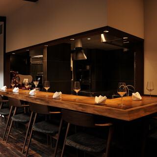 オープンキッチンならではの臨場感を愉しめるカウンター席