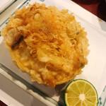 天ぷら新宿つな八 - ベニズワイガニの甲羅に脚の身とカニ味噌、銀杏などを詰めて揚げました
