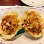 天ぷら新宿つな八 - 活の蛤の姿揚げです。は鮪に身と椎茸の薄切りが貝殻に詰まっております