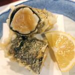 天ぷら新宿つな八 - 小柱の海苔巻き。大星サイズです