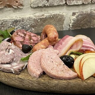 ドイツ製法で作る伝統の味をぜひ。さまざまなハム類をご用意◎