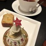 143257534 - クリスマスケーキ、焼き菓子、お紅茶