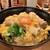 はし田屋 - 締めに親子丼 火が入った卵もふんわりして、鶏肉も柔らか、ご飯も炊き加減として良い状態です。 黄身を崩してトロンとご飯に絡めて、こだわりの卵の美味しさがあればこその味わいですね。 京都祇園の原了郭の黒七味が、薬味として風味が良く一層美味しくしています♪