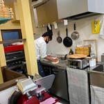 宝塚 ソロマルゲリータ - スタイリッシュな赤い電気釜オーブンがオシャレ!生ハムもその場で切ってくれます♡