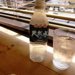 アースガーデン マルシェ - グラスに氷を入れてくれました。