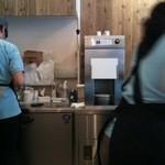 鎌倉ウッドベリーズプラス - 奥の機械がフローズンヨーグルトを搾り出す機械