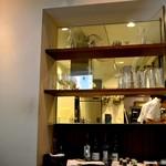 14326942 - 座席によっては厨房がみえる。店内の半分が厨房である。