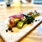 143285202 - 炭火焼された季節の野菜(赤蕪、菜の花、ズッキーニ、ロマネスコ他)を白ワインビネガーを使った甘酸っぱいドレッシングの透明なシートにて覆っている。