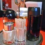 剛龍飯店 - 卓上に常備された調味料類