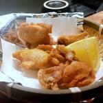 立呑み二郎 - 鶏の素揚げ 各¥260