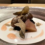 クリマ ディ トスカーナ - 対馬産イノシシ サルシッチャ トレヴィス リンゴ コンフィ イタリア産黒トリュフ ジビエ(イノシシ)を使ったサルシッチャ、色々なスパイスやハーブを効かせイノシシの旨味だけを際立てた仕立てが実に素晴らしいです。 青森のフジ林檎の甘味と酸味に、バルサミコで炊き上げたトレヴィスの苦みが、サルシッチャに絶妙に絡んできます。 お皿の周りのピンク色のソースは、リンゴの皮の色なのです♪