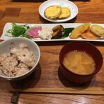 やさい家めい - 雑穀米に野菜味噌汁と合わせて野菜メイン