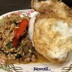 タイ国惣菜屋台料理 ゲウチャイ - 鶏肉のバジル炒めご飯