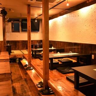 【掘りごたつ席が人気♪】木目を基調とした居心地抜群の店内◎