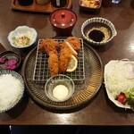 ローン - 料理写真:日替わりランチ(月) ヒレカツ・メンチカツ・カキフライ