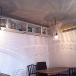 カフェ フォコリ - cafe奥側の席。(照明の反射が素敵な感じ)