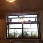 カフェ フォコリ - cafe中央、窓際の席。(照明がカワイイ)