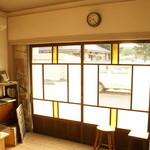 カフェ フォコリ - cafeの店内から入り口を写した。(ドアの上にある時計がカワユス)