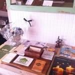 カフェ フォコリ - カウンター席の角に色んなお店のショップカードとテイクアウト用のケーキが列んでいます。