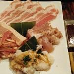 Yakinikumotsunabekotetsuhonten - お肉盛り合わせ、意外と鳥もも肉が美味い
