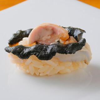 沖縄の地の魚貝類を江戸前の技法で握ります。