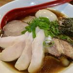 麺屋 むじゃき - 低温鶏チャーシューが4枚、和之家豚の焼豚が2枚、味玉、穂先メンマ、海苔がトッピングされています。