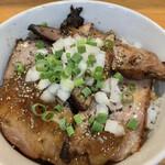麺屋 むじゃき - 和之家豚の焼豚にステーキソースの様なタレとスパイスが掛かっていて、みじん切りの玉ねぎ・ネギがトッピング。