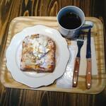 143387025 - リッチなブリオッシュのフレンチトースト ブレンドコーヒー