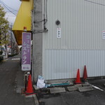 かかし - お店の西側が駐車場