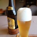 千松しま - 瓶ビール:800円の二度注ぎ
